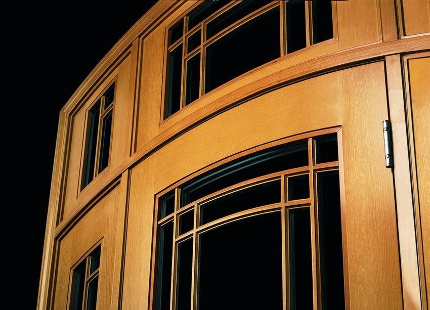 דלתות כניסה מעץ במגוון צבעים ועיצובים - Andersen מומחים בייצור חלונות מעוצבים ודלתות חוץ