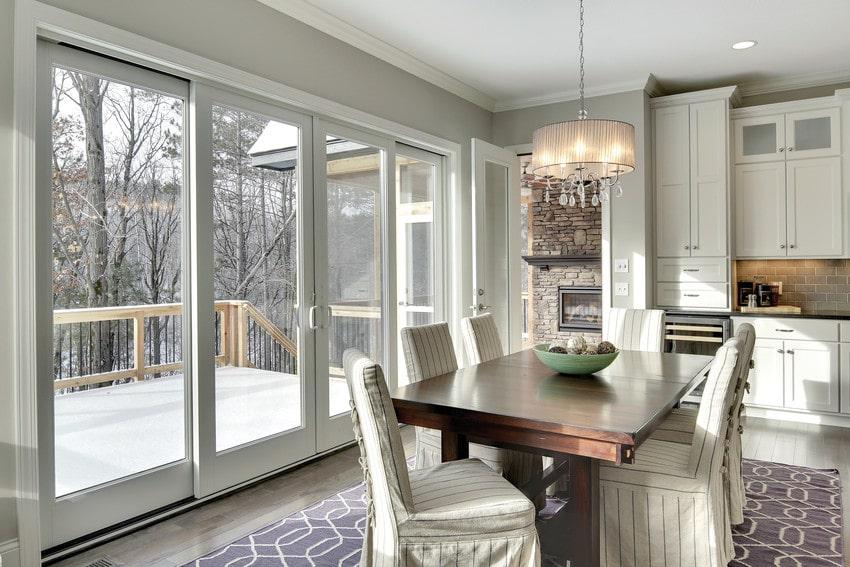 חלון וטרינה לסלון של חברת אנדרסן המומחים בייצור והתקנה של חלונות מעוצבים ודלתות כניסה מעוצבות