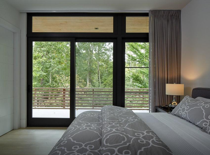 דלת יציאה למרפסת מחדר שינה בהרצליה - אנדרסן חלונות ודלתות
